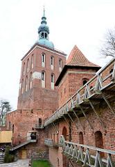 Wehranlage - Mauer mit Turm und Bastei; Glockenturm / Campanile,  Radziejowski-Turm aus dem 17. Jahrhundert -  Domburg - Frauenburger Dom / Kathedrale Frombork - gotischer Backsteinarchitektur, errichtet 1329 - 1388.