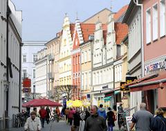 Einkaufsstrasse in Greifswald - Fussgängerzone; historische Hausfassaden - Einzelhandel.