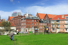 Wiese mit Kinderspielplatz zwischen Häusern - Fotos aus der Stadt Danzig / Gdansk.