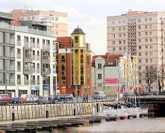 Unterschiedliche Architekturstile - histoirsche und moderne Architektur in Danzig; alt + neu. Im Vordergrund die Marina, der Sportboothafen in Danzig.