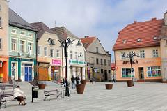 Historische Gebäude, unterschiedlicher Architekturstil am Marktplatz von Darłowo / Rügenwalde, Polen.