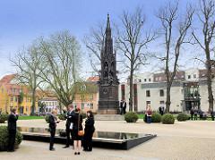 Platz mit Rubenow-Denkmal vor dem Universitätshauptgebäude in Greifswald - das neugotische Denkmal wurde vom Schinkelschüler August Stühler 1856 entworfen.
