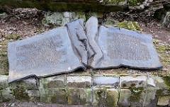 Gedenktafel für das Attentat vom 20. Juli 1944 - aufgeschlagenes Buch, Text: Hier stand die Baracke in der am 20. Juli 1944 Claus Schenk Graf von Stauffenberg ein Attentat auf Adolf Hitler unternahm - er und viele andere, die sich gegen die nationals