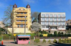 Unterschiedlichen Baustile / Architekturstile in 4430 4433 Alte Wohnhäuser, historischer Baustil - moderne Wohnblocks mit farbigen Balkonbrüstungen in Międzyzdroje / Misdroy (Polen); mehrstöckige Wohnhäuser / 4430 4433 Alte Wohnhäuser, historischer B