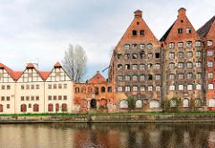 Historische Speicherruinen und Neubauten auf der Speicherinsel Danzig - alt + neu.