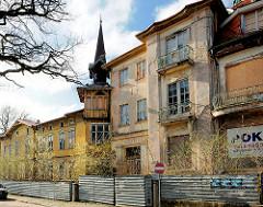 Baufällige Wohngebäude - verfallene historische Architektur in 4430 4433 Alte Wohnhäuser, historischer Baustil - moderne Wohnblocks mit farbigen Balkonbrüstungen in Międzyzdroje / Misdroy (Polen).
