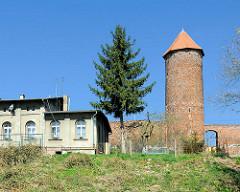 Baszta Kaszana - Pulverturm Trzebiatow / Treptow an der Rega; zylindrische Turm mit einem Durchmesser von vier Metern und einer Höhe von 14 Metern, Backsteinturm - Teil der historischen Stadtmauer.