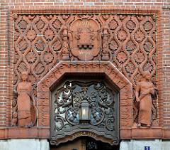 Eingang vom Verwaltungsgebäude Vorschuss Verein in Bad Segeberg - Ziegelfassade mit Skulpturen, erbaut 1914.