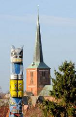 Totempfahl auf dem Kalkberg in Bad Segeberg - Kirchturm der Segeberger Marienkirche.