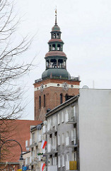 Kirchturm St. Peter und Paul in Lidzbark Warmiński / Heilsberg - modernes Wohngebäude, Balkons.