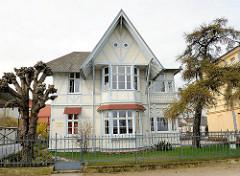Villa mit Fachwerk, farblich abgesetzt - Strandpromenade Ostseebad Heringsdorf, Insel Usedom.
