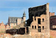 Mauerreste eines Backsteinspeichers auf der Danziger Speicherinsel - im Hintergrund die Altstadt Danzig.