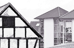 Fachwerkarchitektur und moderne Glasbauten - Schwarz Weiss Fotografie von der Architektur der Hansestadt Wolgast.