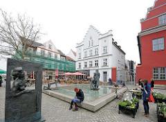 Alter Fischmarkt mit Fischerbrunnen in Greifswald.
