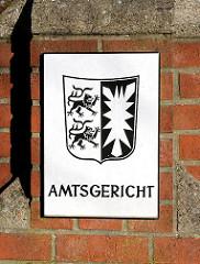 Schild Amtsgericht und Wappen von Schleswig Holstein.