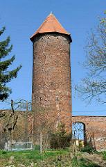 Baszta Kaszana - Pulverturm Trzebiatow / Treptow an der Rega; zylindrische Turm mit einem Durchmesser von vier Metern und einer Höhe von 14 Metern, Backsteinturm - Teil der historischen Stadtmauer