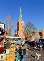 Wochenmarkt in Bad Segeberg - im Hintergrund die Segeberger Marienkirche.