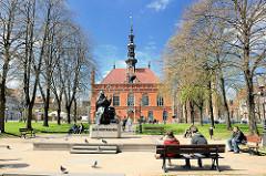 Altstädtisches Rathaus (polnisch: Ratusz Starego Miasta) in der Danziger Altstadt - Baustil niederländischer Manierismus, erbaut 1595; Ruhebänke in der Sonne - im Bildzentrum das Denkmal für den Astronomen Johannes Hevelius.