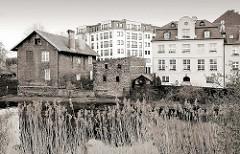 Altes Ziegelgebäude mit Schuppen am Wasser - mehrstöckiges Gründerzeitwohnhaus - Neubaublock / Wohngebäude, Neubau; neu + alt // Schwarz-Weiß Fotografie.