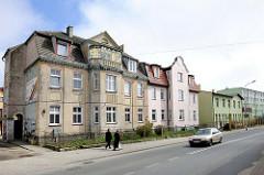 Gründerzeitarchitektur, renovierungsbedürftig - mehrstöckige Wohnhäuser; im Hintergrund Neubauten. Fotos der Architektur von  Darłowo / Rügenwalde, Polen.