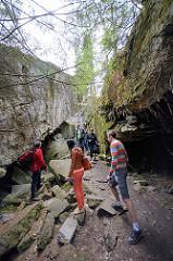 Touristen auf dem Gelände der Wolfsschanze  /  Wilczy Szaniec - sie besichtigen einen zerstörten Bunker.