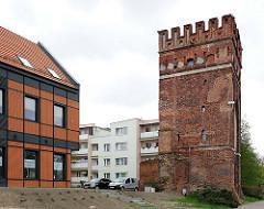 Historischer Befestigungsturm in  Malbork / Marienburg, Polen - Neubauten Wohnhäuser.