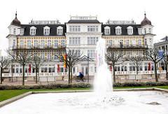 Hotel Ahlbecker Hof im Ostseebad Heringsdorf / Usedom, erbaut 1890;  Strandpromenade und Springbrunnen -
