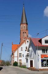 Kirchturm der evangelischen Johanneskirche in Trzebiatow / Treptow an der Rega. Erbaut Anfang des 20. Jahrhunderts, neogotische Backsteinkirche.