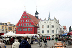 Marktplatz von Greifswald - Wochenmarkt; historische Architektur - altes Rathaus, erbaut im 13. Jahrhundert.