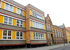 Historische und moderne Architektur in Greifswald - Altbau + Neubau; unterschiedliche Architekturstile.