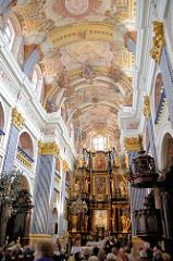 Kircheninneres der barocken Kirche Święta Lipka, Heiligelinde - Polen. Prächtig verzierte Kirchendecke - Blick zum Hauptaltar von 1714.