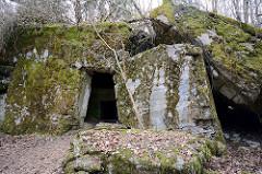 Gesprengter und zusammengesunkener Bunker - mit Moos bewachsene Betonwände; Wolfsschanze  /  Wilczy Szaniec.