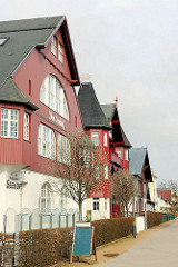 Bäderarchitektur an der Strandpromenade Ostseebad Heringsdorf, Usedom - Wohnhäuser, Pensionen im Schwarzwaldstil - Baustil mit Holzfassade.