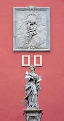 Marienstatue und Relief am Turm  des Grabowski Palace in Lidzbark Warmiński.