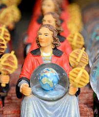 Souvenirverkauf in der Domburg zu Frombork  / Frauenburg - der  Domherr Nicolaus Copernicus wird als Plastikfigur zum Verkauf angeboten - der Astronom entwickelte in Frauenburg seine Theorie des Heliozentrischen Weltbilds.