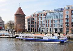 Fahrgastschiff auf der Mottlau - historischer Ziegelturm; Neubauten - neu + alt.