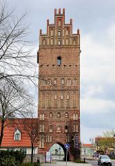 Steintor in Anklam - Wahrzeichen der Hansestadt;  das 32 m hohe Stadttor entstand um 1450.