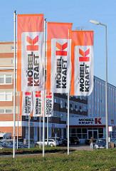 Fahnen und Eingang zum Möbelhaus - Möbel Kraft in Bad Segeberg.