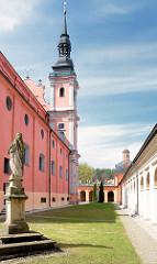Innenhof der Wallfahrtskirche Święta Lipka, Heiligelinde - Polen. Kirchturm und Marienstatue / Marienskulptur.