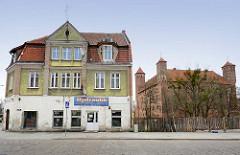 Wohnhaus - Geschäftshaus / Gründerzeitarchitektur - im Hintergrund die Ordensburg in Lidzbark Warmiński / Heilsberg.