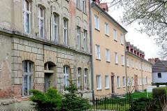 Historische und Neu / Altbauten mit bröckelndem Putz - Neubauten mit farbig verputzter Fassade in Anklam.