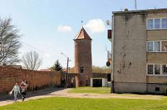 Baszta Kaszana - Pulverturm Trzebiatow / Treptow an der Rega; zylindrische Turm mit einem Durchmesser von vier Metern und einer Höhe von 14 Metern, Backsteinturm - Teil der historischen Stadtmauer - Neubaublock / Wohnungen; alt - neu.
