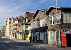 Alte Wohnhäuser - historischer Baustil mit Holzfassade - im Hintergrund mehrstöckige Wohnhäuser; Bilder aus Międzyzdroje / Misdroy auf der Insel Wolin.