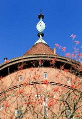Spitze vom Wasserturm in Bad Segeberg; der Ziegelturm wurde 1910 erbaut - Architekt H. T. Teege, Höhe 35 m und hat ein Fassungsvermögen von 200 m³. Der Wasserturm war bis 1978 in Betrieb.