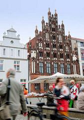 Historische Architektur Hansestadt Greifswald - denkmalgeschütztes Bürgerhaus AM MARKT - Backsteingotik, markanter Schaugiebel.
