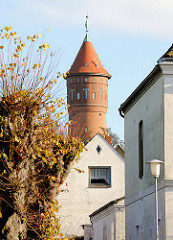 Blick zum Alten Wasserturm in Bad Segeberg; erbaut 1910 - Architekt H. T. Teege, Höhe 35 m und hat ein Fassungsvermögen von 200 m³. Der Ziegelturm war bis 1978 in Betrieb.