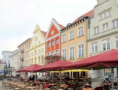 Historische Gebäude, farbige Fassaden, Giebelhäuser am Marktplatz von Greifswald.