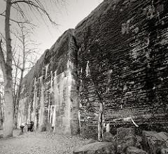 Touristen auf dem Gelände der Wolfsschanze  /  Wilczy Szaniec - einige besichtigen einen zerstörten Bunker.