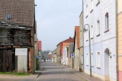 Schmale Wohngasse - Wohnhäuser in der Nähe des Wolgaster Hafens.