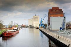 Binnenhafen der Hansestadt Anklam - Speichergebäude, Hafenkran - das Binnenschiff DÖMITZ liegt am Kai.